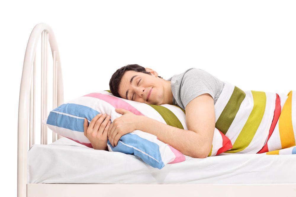 Молодой человек спит в сукке