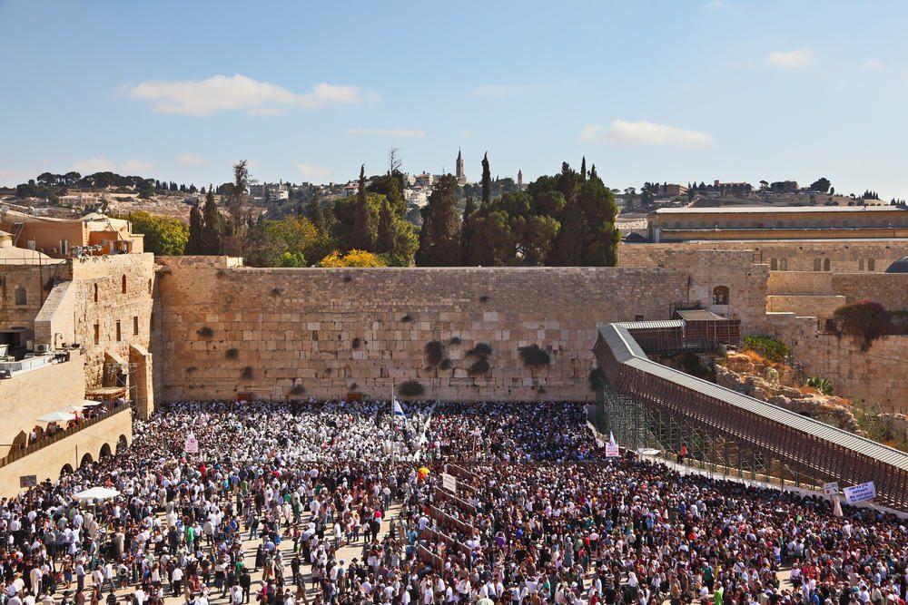 Много евреев возле Стены Плача