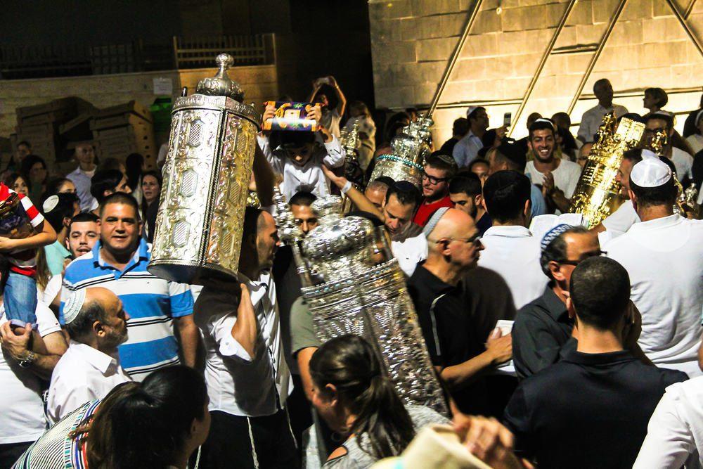 Евреи пляшут с Торой на праздник Симхат Тора