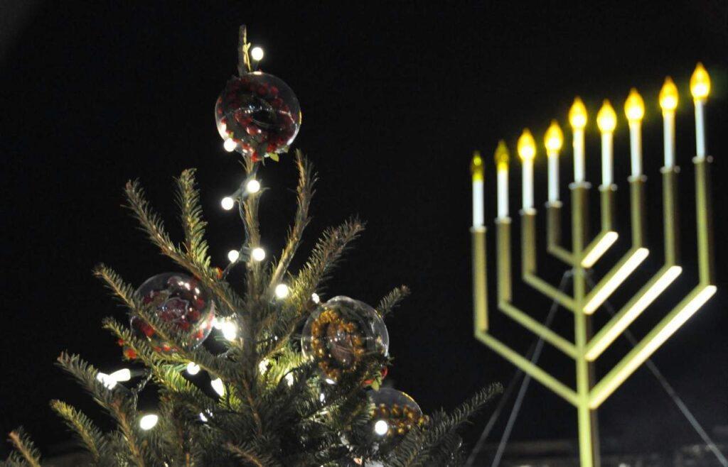 Новогодняя елка и ханукия