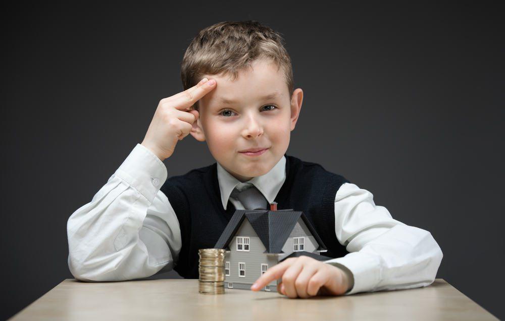 Ребенок с кучкой монет