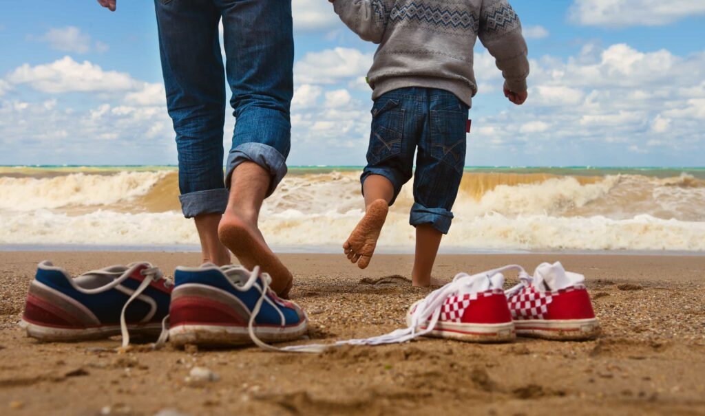 Отец и сын на берегу моря. Удовольствия