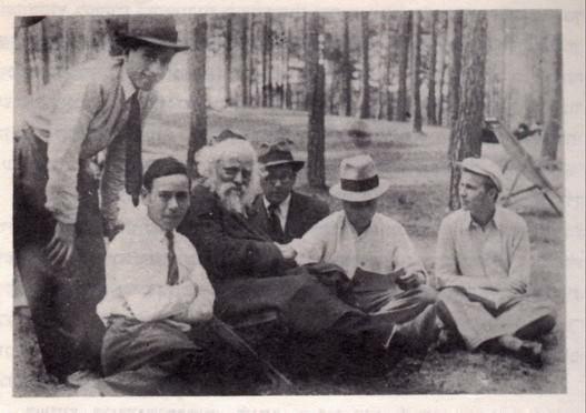 Рав Барух Бер Лейбович в окружении учеников