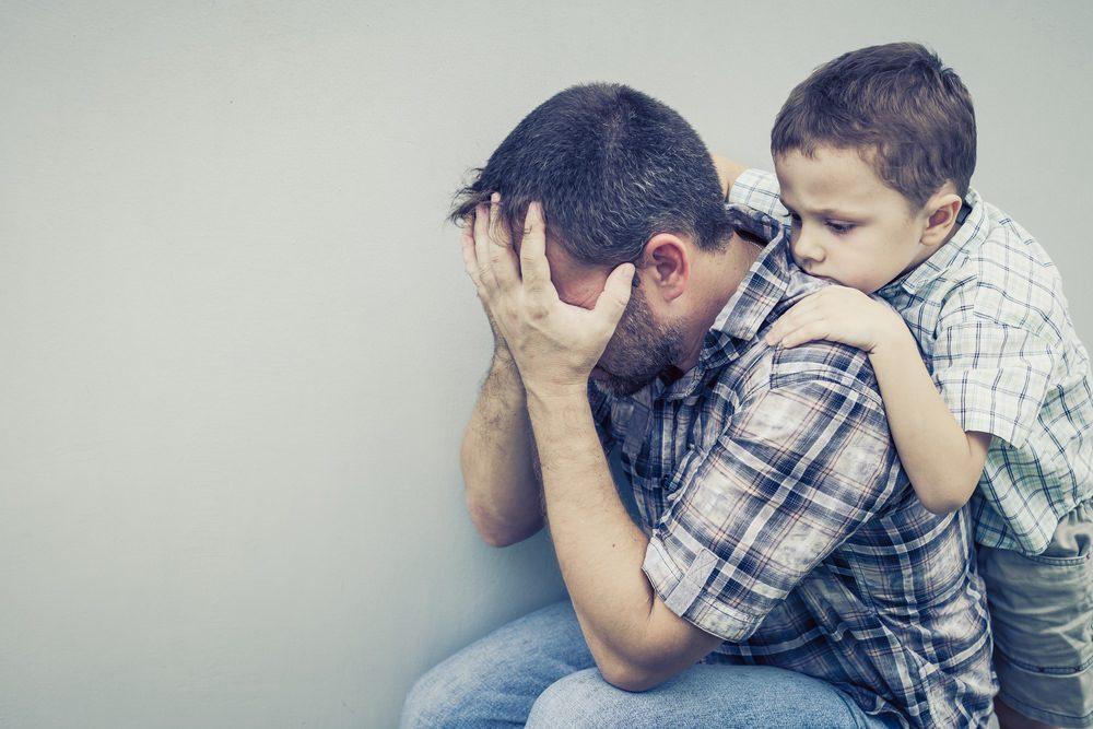 грусный сын, сердится на сына, не любит сына