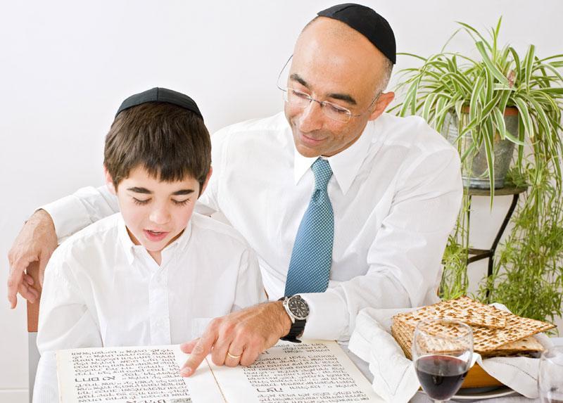 папа учит сына на пасахальном седере