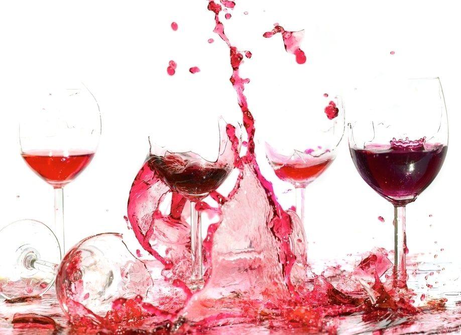 разбаитые стаканы с вином